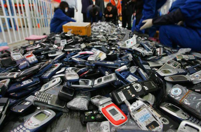 fuz02-pekin-china-2-12-2009-trabajadores-desmantelan-falsos-telefonos-moviles-reproductores-de-musica-y-relojes-para-reciclaje-hoy-jueves-3-de-diciembre-de-2009-en-pekin-china-cerca-de-20-000-de-estos-productos-con