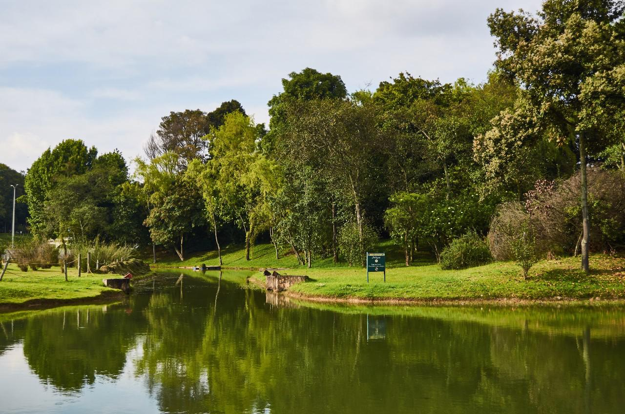 BOGOTA-LAGO-PARQUE-SIMON-BOLIVAR-Eduardo-Accorinti-Shutterstock.com-1